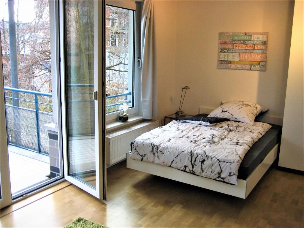 Postel nebo postele na pokoji v ubytování Hochwertiges Apartment im Grünen, zentral gelegen, ruhig, Balkon