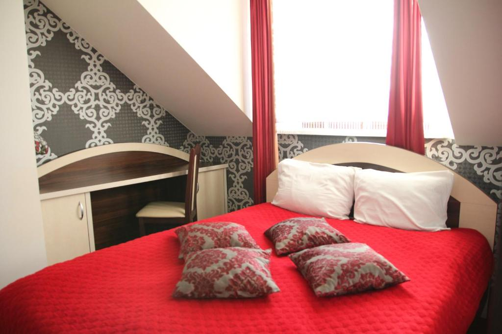 Łóżko lub łóżka w pokoju w obiekcie Prymus
