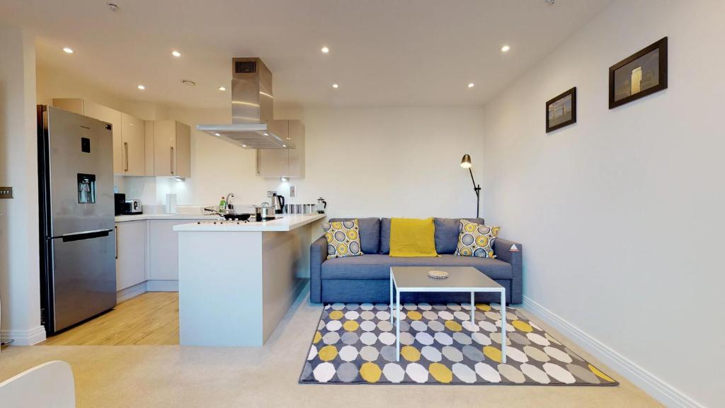 A kitchen or kitchenette at NIKSA Serviced Accommodation - Welwyn Garden City Business Park