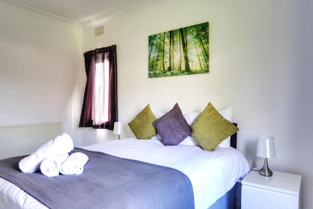 A bed or beds in a room at Kingswood Apartment