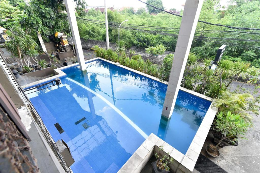 A view of the pool at RedDoorz Plus @ Raya Legian or nearby