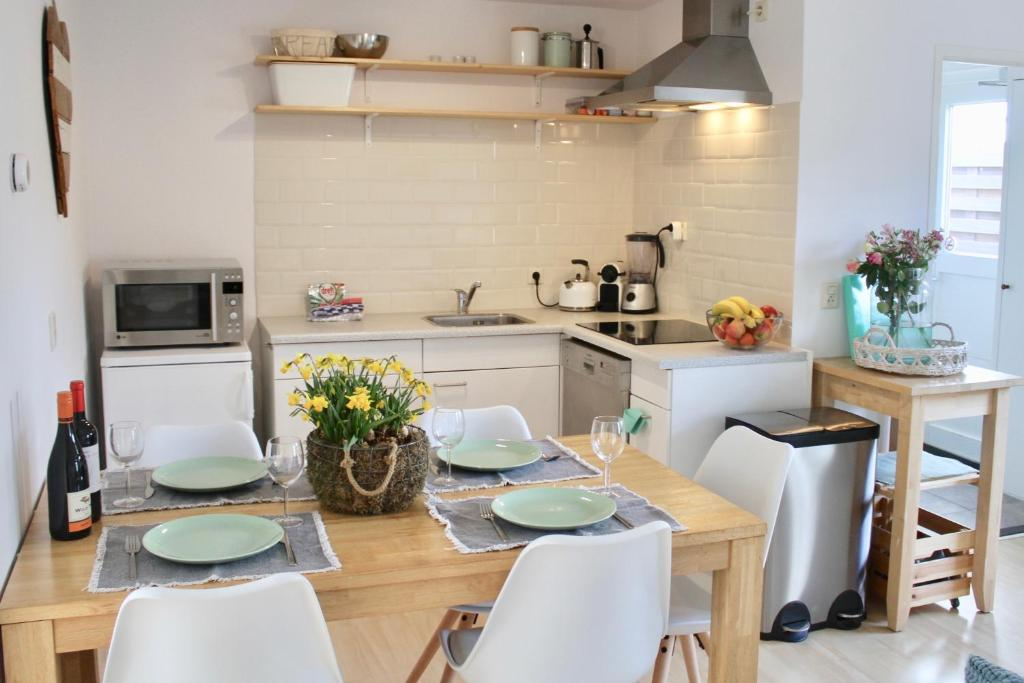 A kitchen or kitchenette at Spacious Family Holiday Home (7p), Free indoor parking