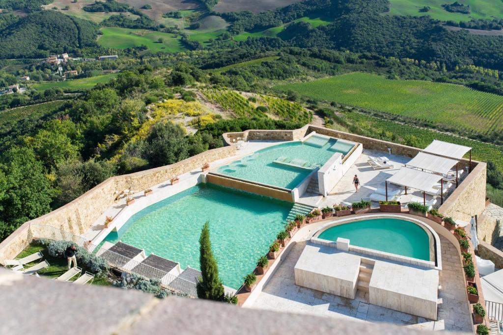 Uma vista da piscina em Castello di Velona - The Leading Hotels of the World ou nos arredores
