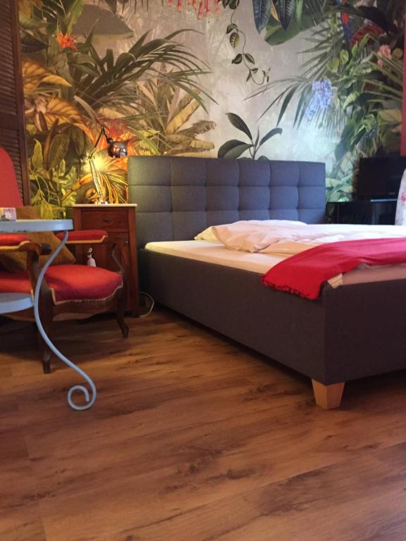A bed or beds in a room at Gästehaus Hochmann Stadecken