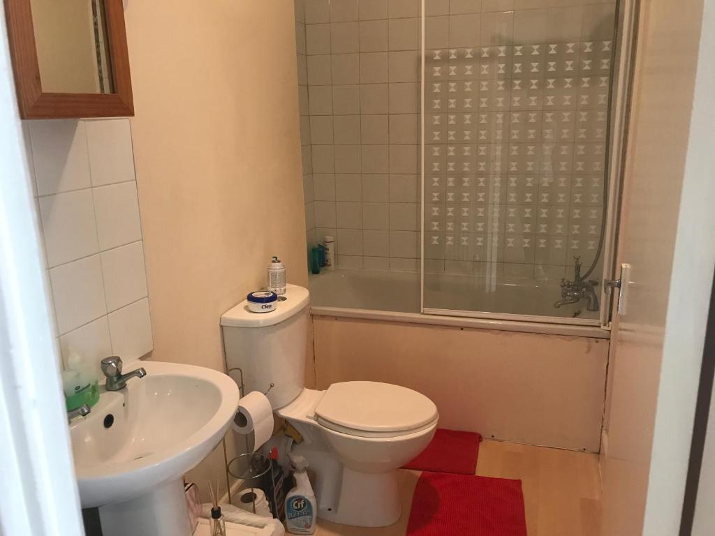 A bathroom at Guest House Finsbury Park