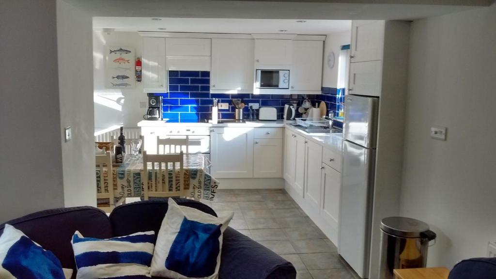 A kitchen or kitchenette at Penzer Cottage
