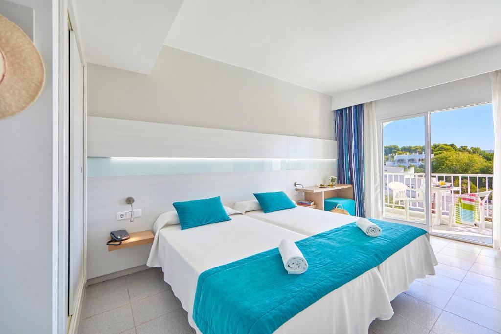 Łóżko lub łóżka w pokoju w obiekcie Gavimar Ariel Chico Hotel and Apartments