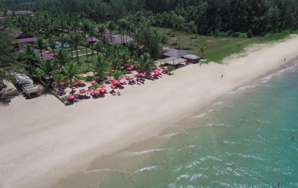 Ett flygfoto av Andamania Beach Resort, Khaolak