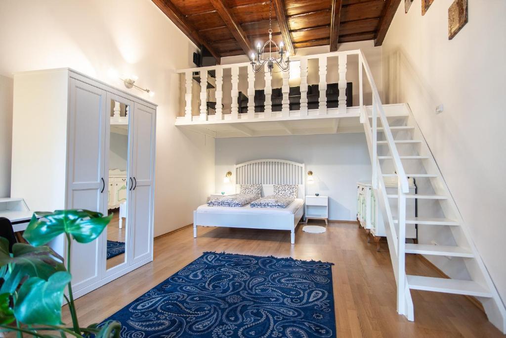Кровать или кровати в номере Lovely apartment on Mala Strana just 10 mins walk to scenic places