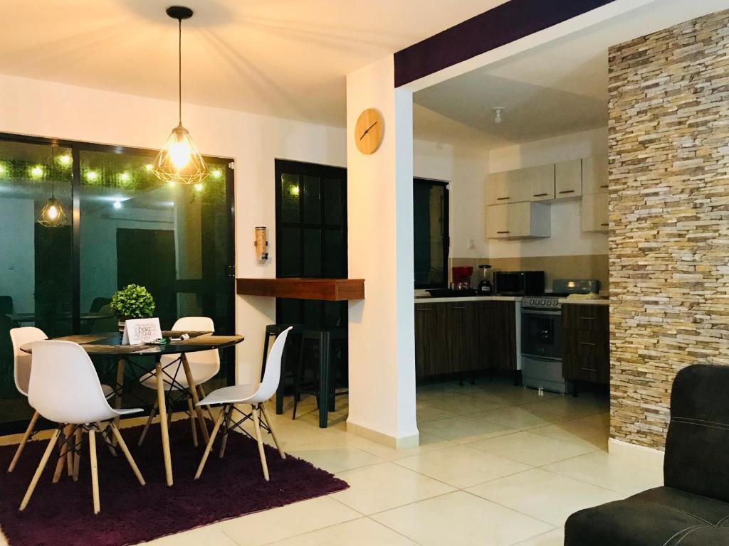 A kitchen or kitchenette at Moderna casa 3 recámaras cerca Zona Industrial