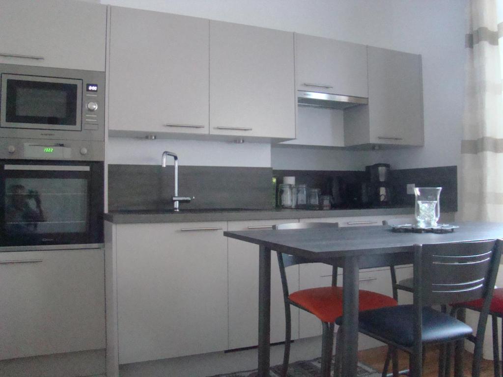 A kitchen or kitchenette at le castor