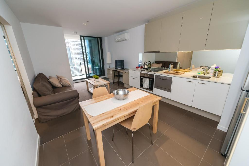 A kitchen or kitchenette at A Cozy CBD Residence Next to Southern Cross
