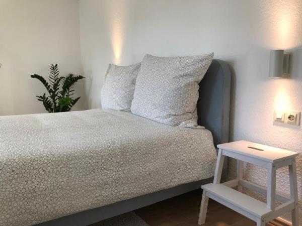Ein Bett oder Betten in einem Zimmer der Unterkunft Modernes, sonniges Zimmer mit eigenem Bad
