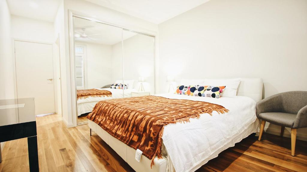 A bed or beds in a room at Cozy Guest House in Alexandria
