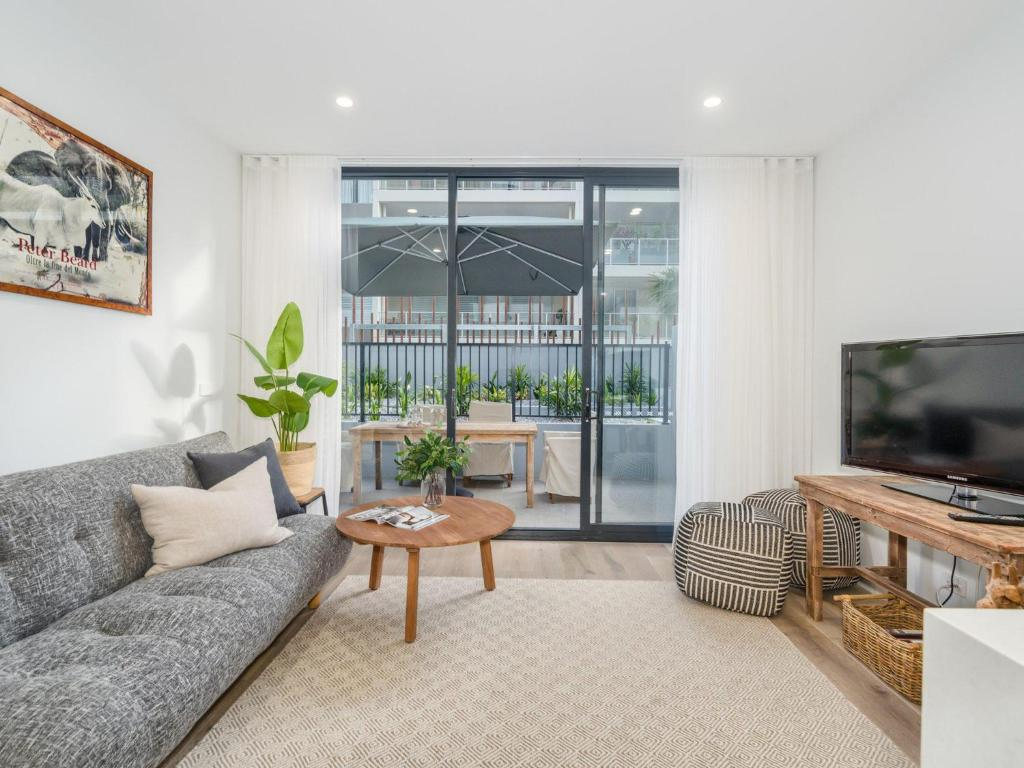 A seating area at Herald 1-BR Apartment - Inner City, Close to Beaches & Harbour
