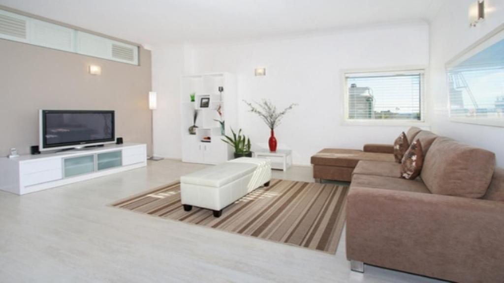 A seating area at Apartment at Cooper St