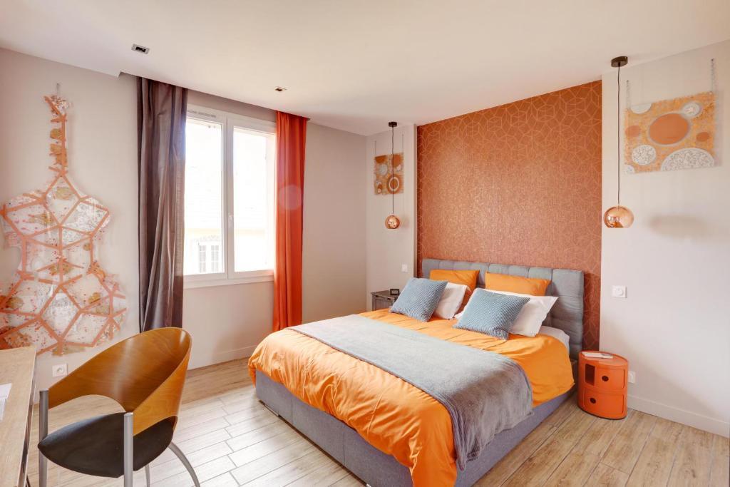 A bed or beds in a room at L'Amandine ,45 m2 terrasse et garage centre ville