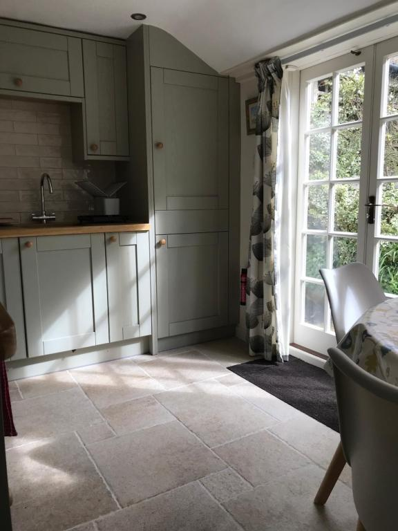 A kitchen or kitchenette at Mabel's Cottage