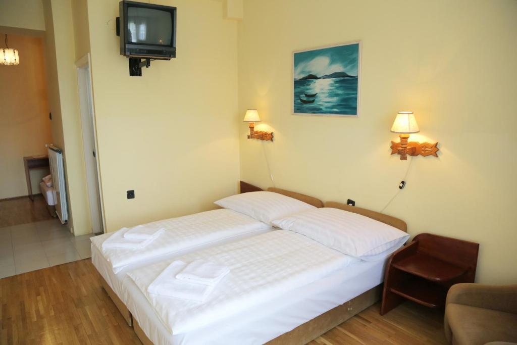 Кровать или кровати в номере Hotel Bara Gellért