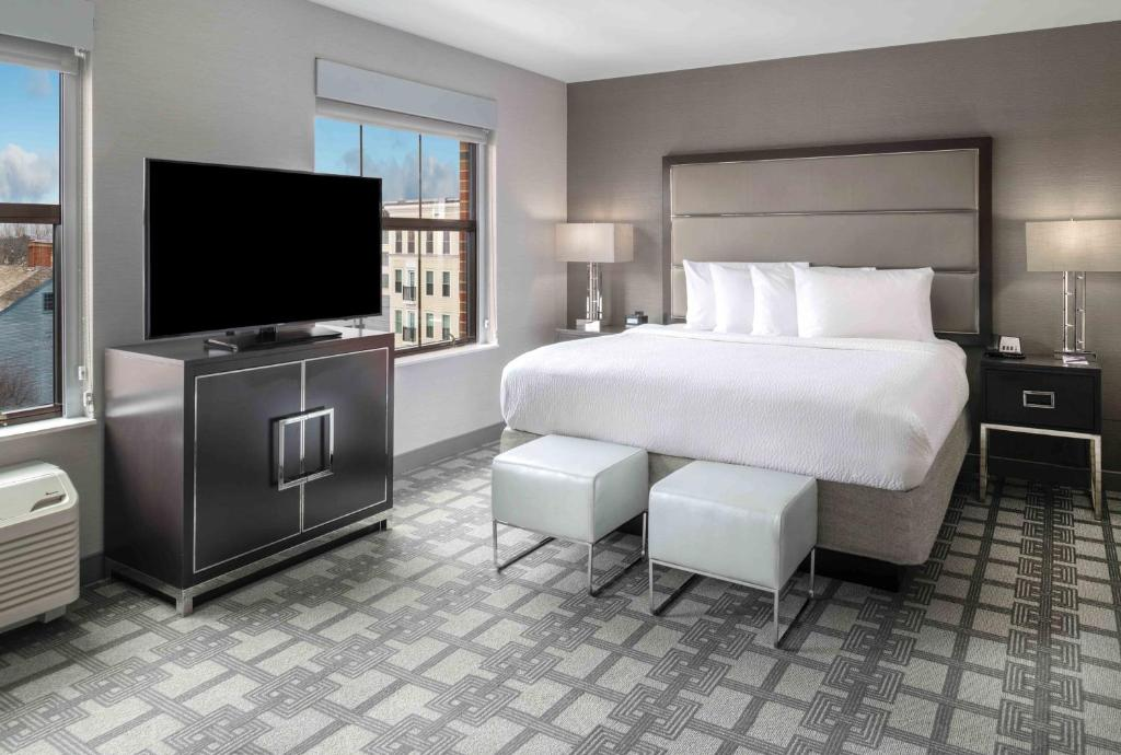 A bed or beds in a room at Residence Inn by Marriott Portsmouth Downtown