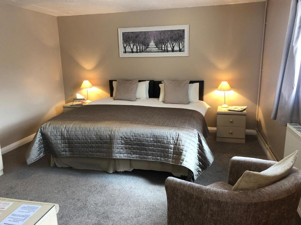 A bed or beds in a room at Newent Golf Club and Lodges