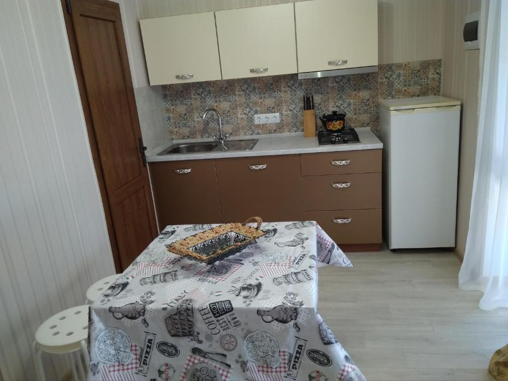 """A kitchen or kitchenette at Апартаменты с кухней """"Панаётик"""""""