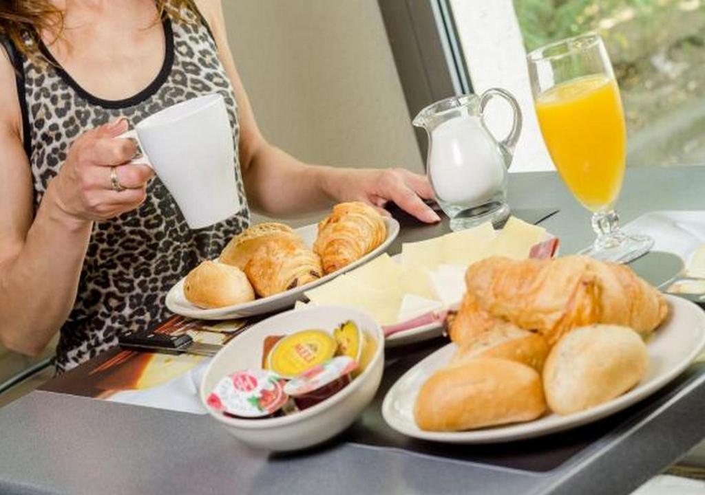 Завтрак для гостей Hotel De La Basse Sambre