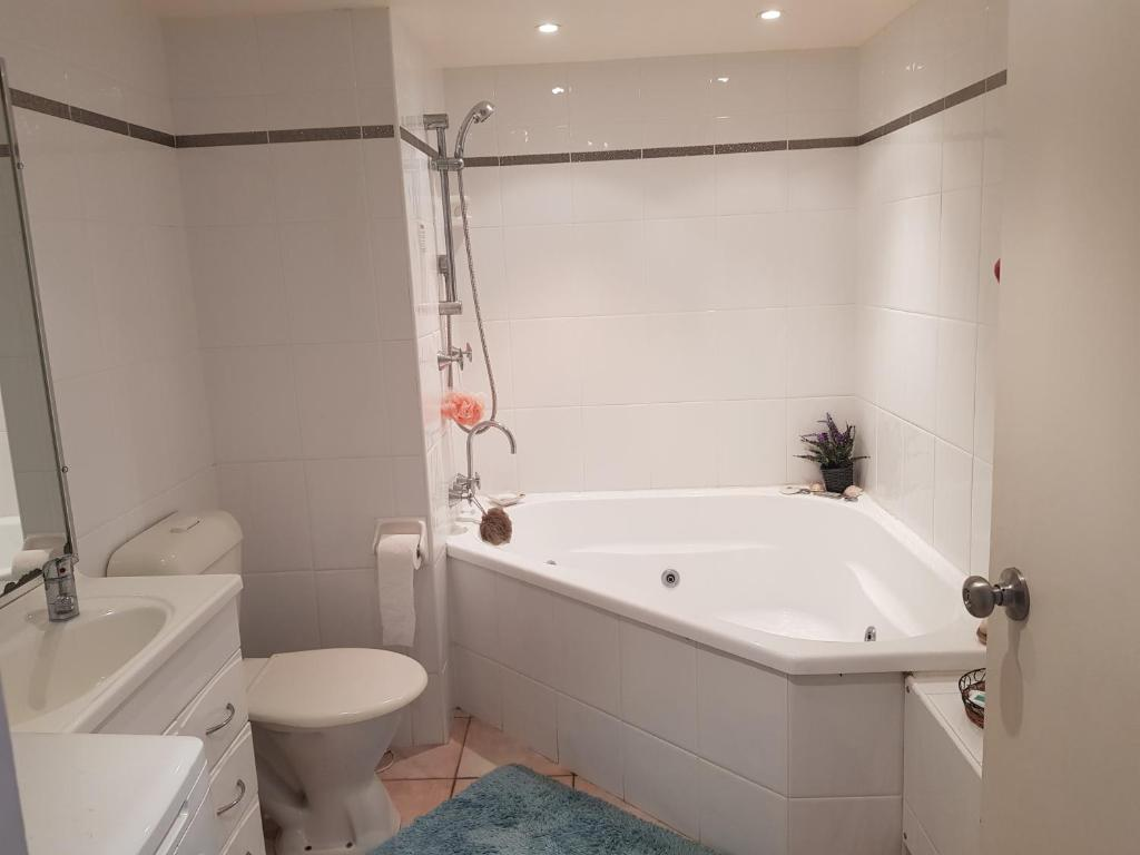 A bathroom at Trafalgar Towers