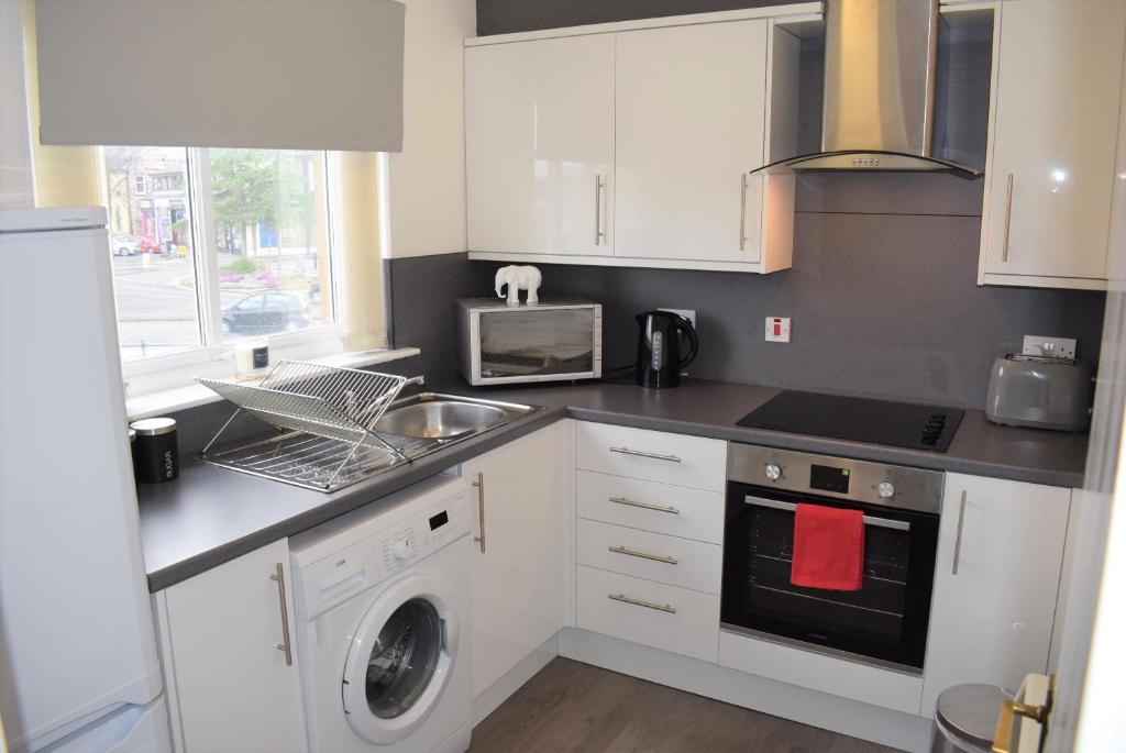 A kitchen or kitchenette at Kelpies Serviced Apartments Alexander- 2 Bedrooms