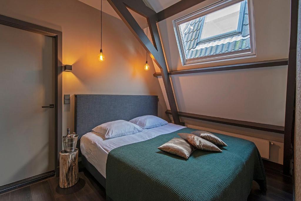 Een bed of bedden in een kamer bij Loft Studio's