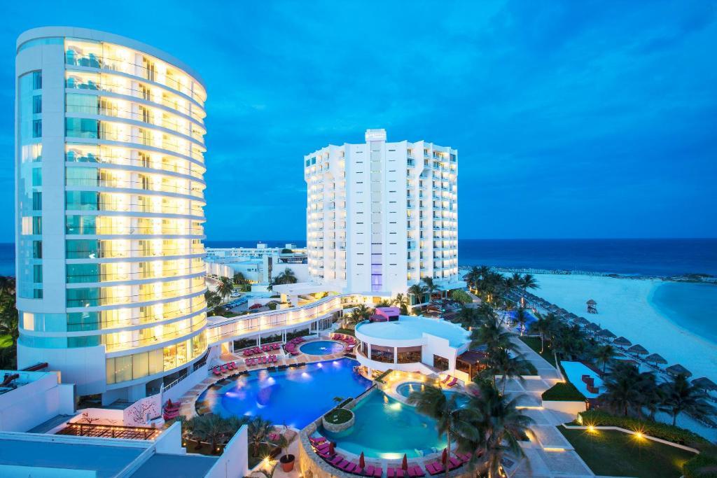 Vista de la piscina de Krystal Grand Cancun o alrededores
