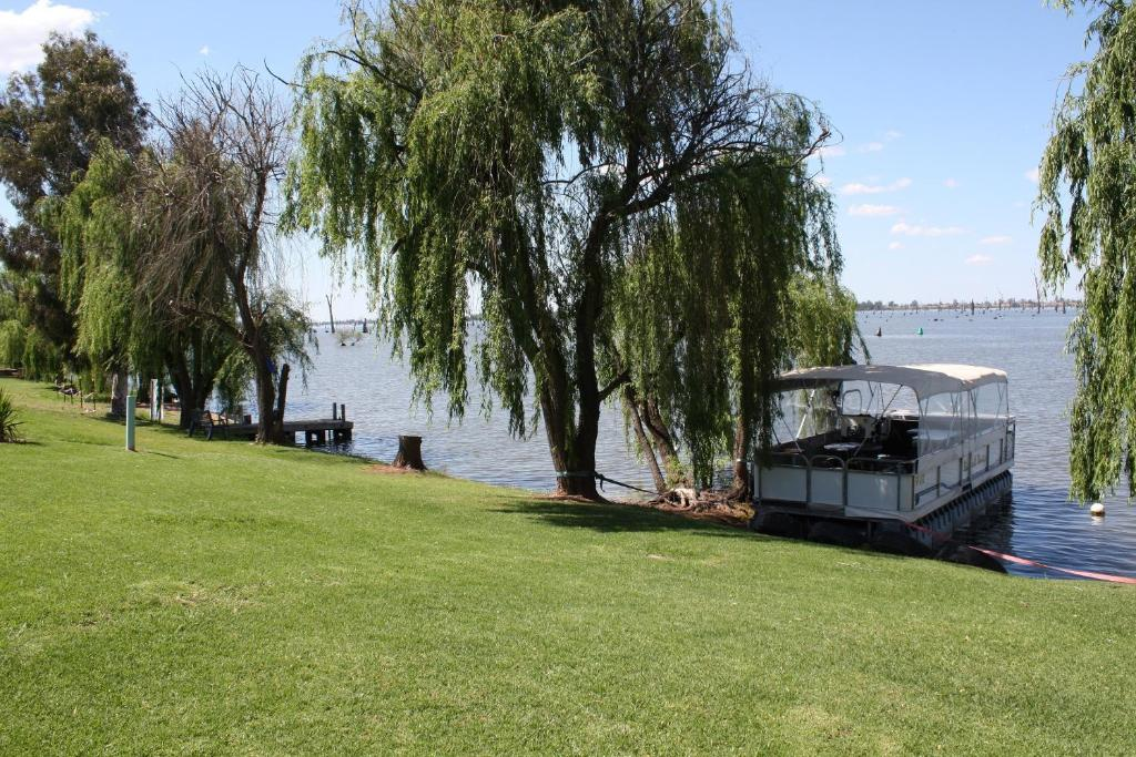 A garden outside Willow Island - Waterfront