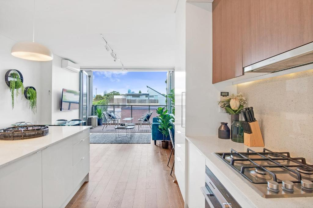 A kitchen or kitchenette at Large Light Luxe 3BDR 2BA Free Parking - walk to Sydney Uni and RPA