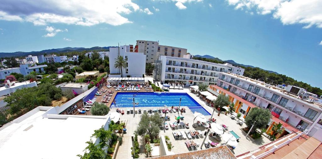 A view of the pool at Hotel Puchet or nearby