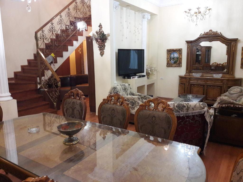 Uma área de estar em 28 MAJ Street NEFT AKADEMIA
