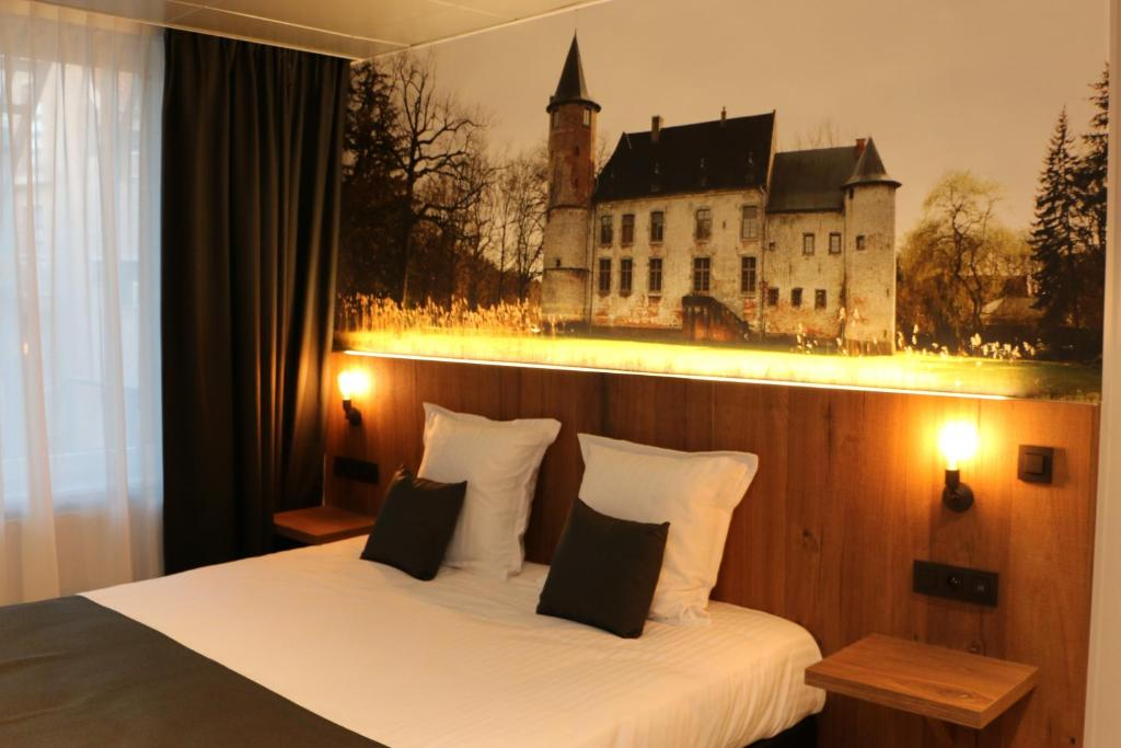 A bed or beds in a room at Hotel Botteltje
