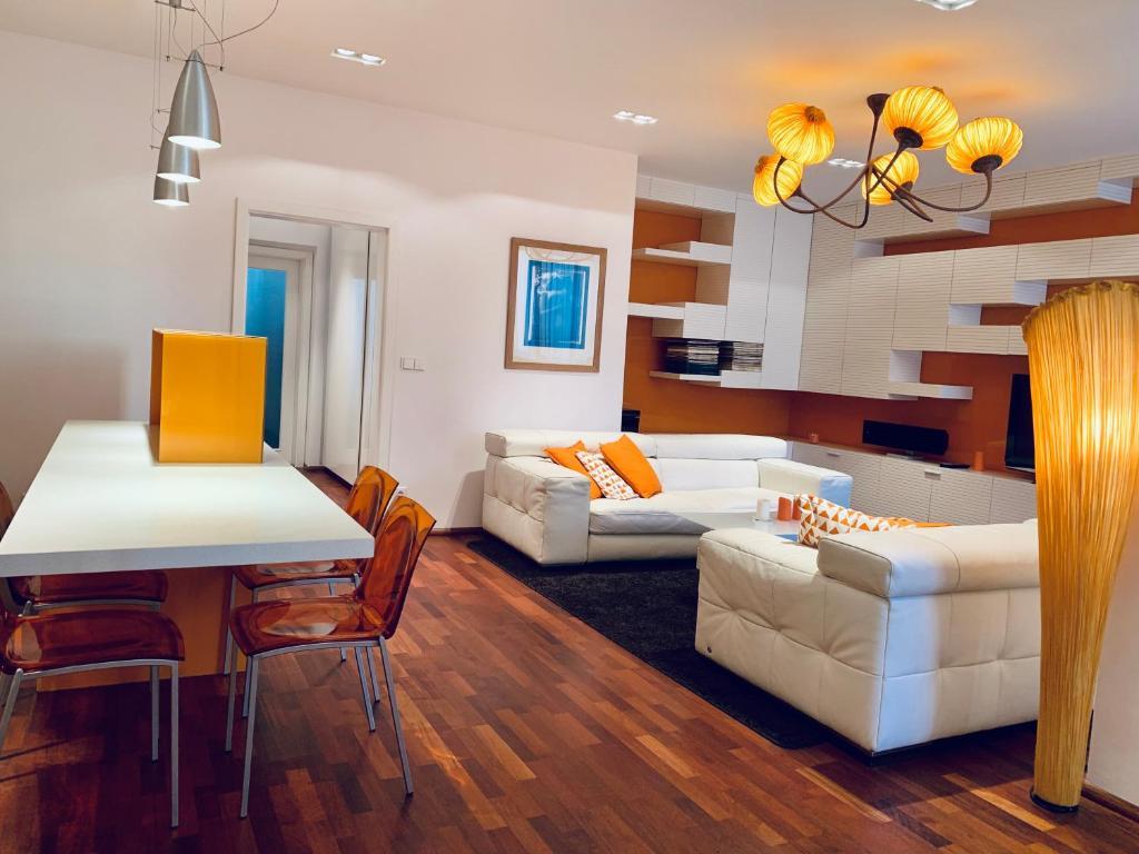 Een zitgedeelte bij Luxury Apartment In The Center of Prague