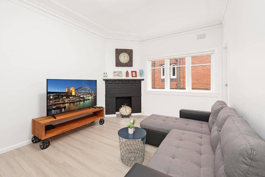 A seating area at Newly Renovated Apt. Close to Sydney CBD - Unit 1