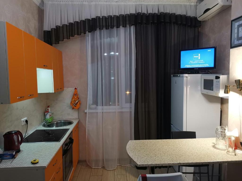Кухня или мини-кухня в Apartment on Volzhskaya 81-B