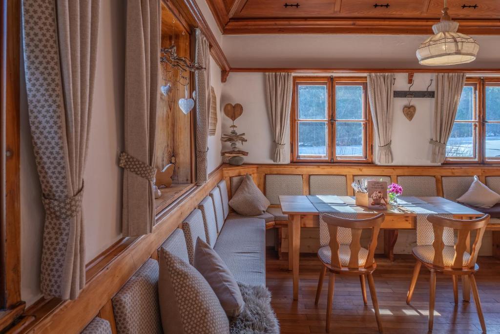 Ein Restaurant oder anderes Speiselokal in der Unterkunft Hotel Restaurant Alatsee