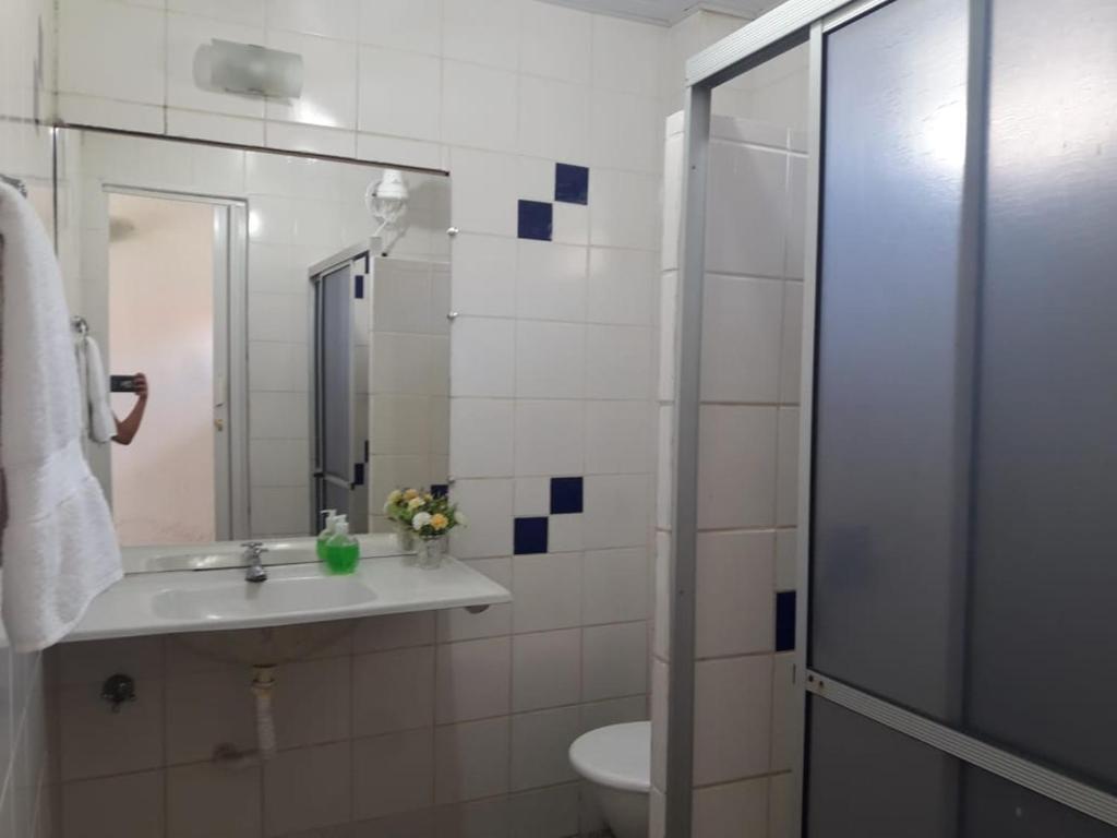A bathroom at Chiveve Lagoa da Banana