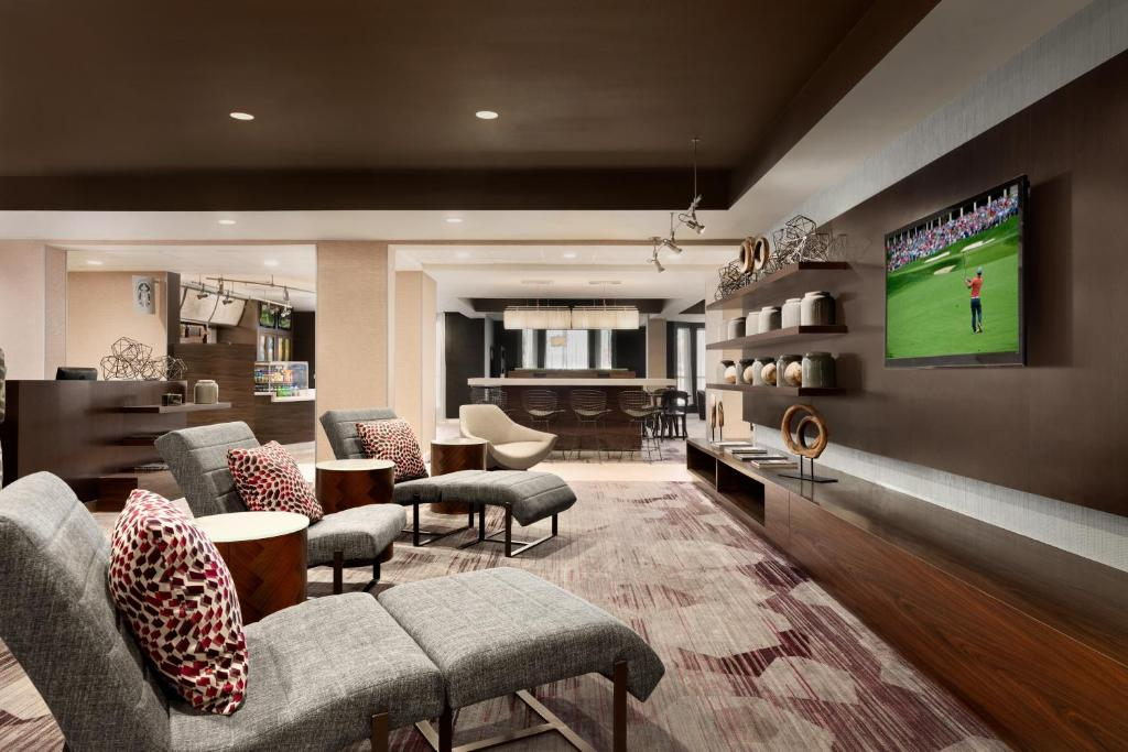 The lounge or bar area at Courtyard by Marriott Topeka
