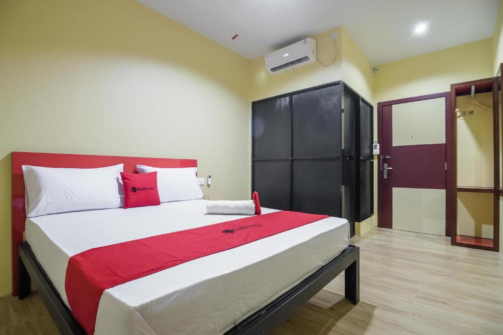 A bed or beds in a room at RedDoorz @ Batu Aji Batam 2