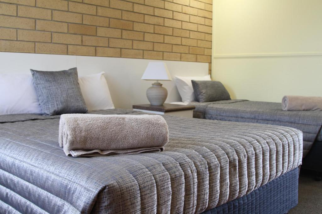 A bed or beds in a room at Mundubbera Motel