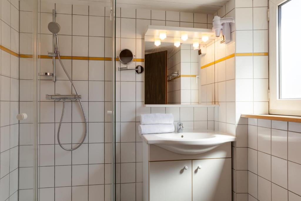 Ein Badezimmer in der Unterkunft The Originals Access, Hôtel Colmar Gare (P'tit Dej-Hotel)