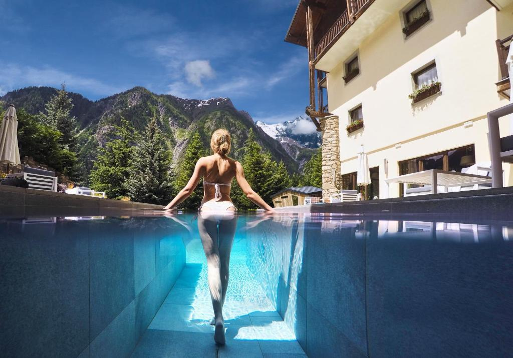 Het zwembad bij of vlak bij QC Termemontebianco