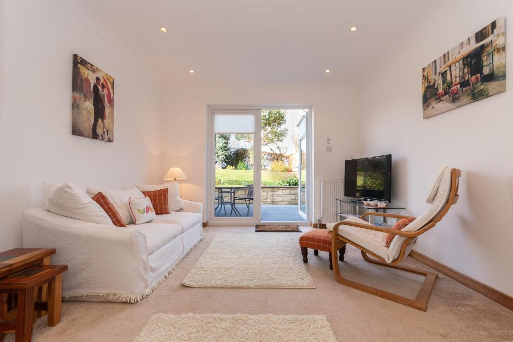 A seating area at St Andrews Studio Apartment - Free Parking