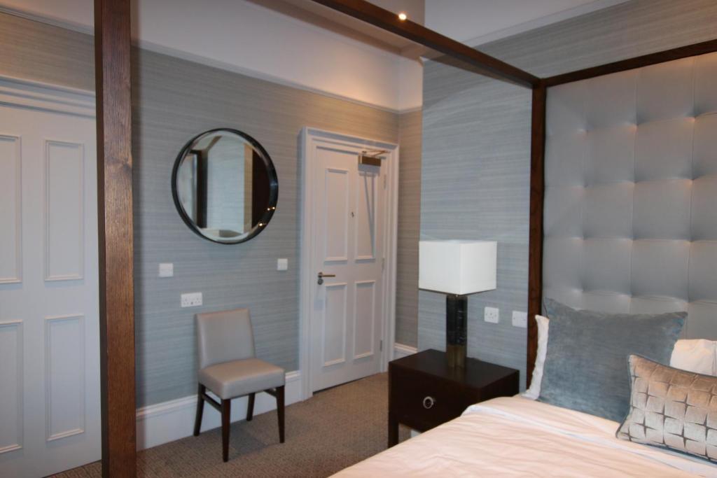 A bathroom at Castlecary House Hotel