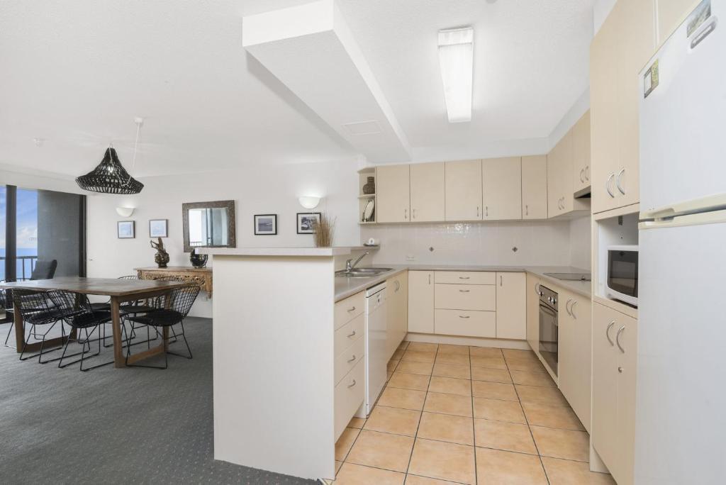 A kitchen or kitchenette at The Rocks Resort, Unit 8G