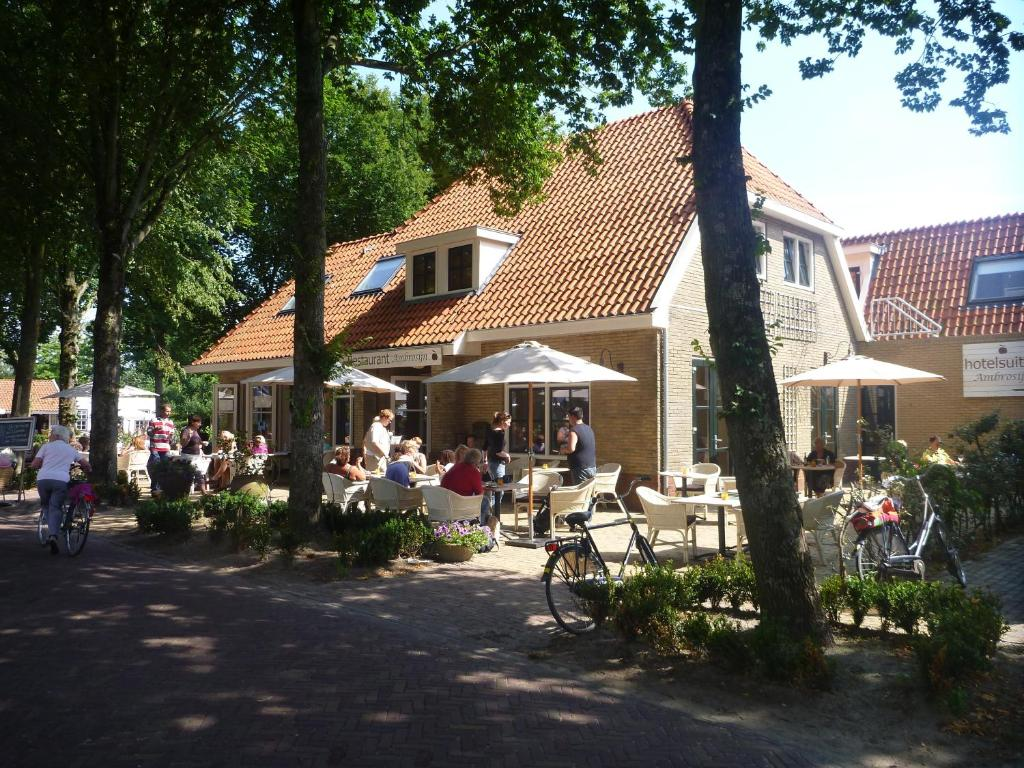 A restaurant or other place to eat at Hotelsuites Ambrosijn
